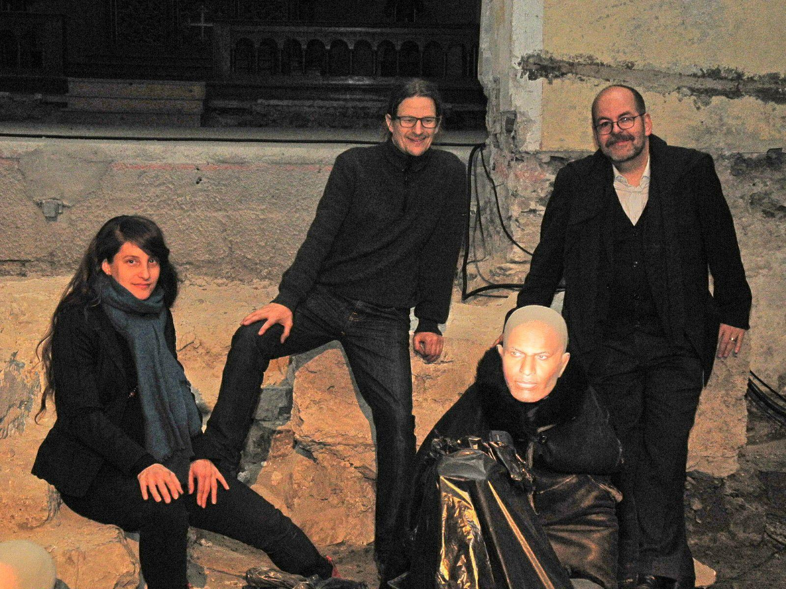 (l.) Das Künstlerpaar Magdalena Kunz und Daniel Glaser mit Direktor Markus Landert