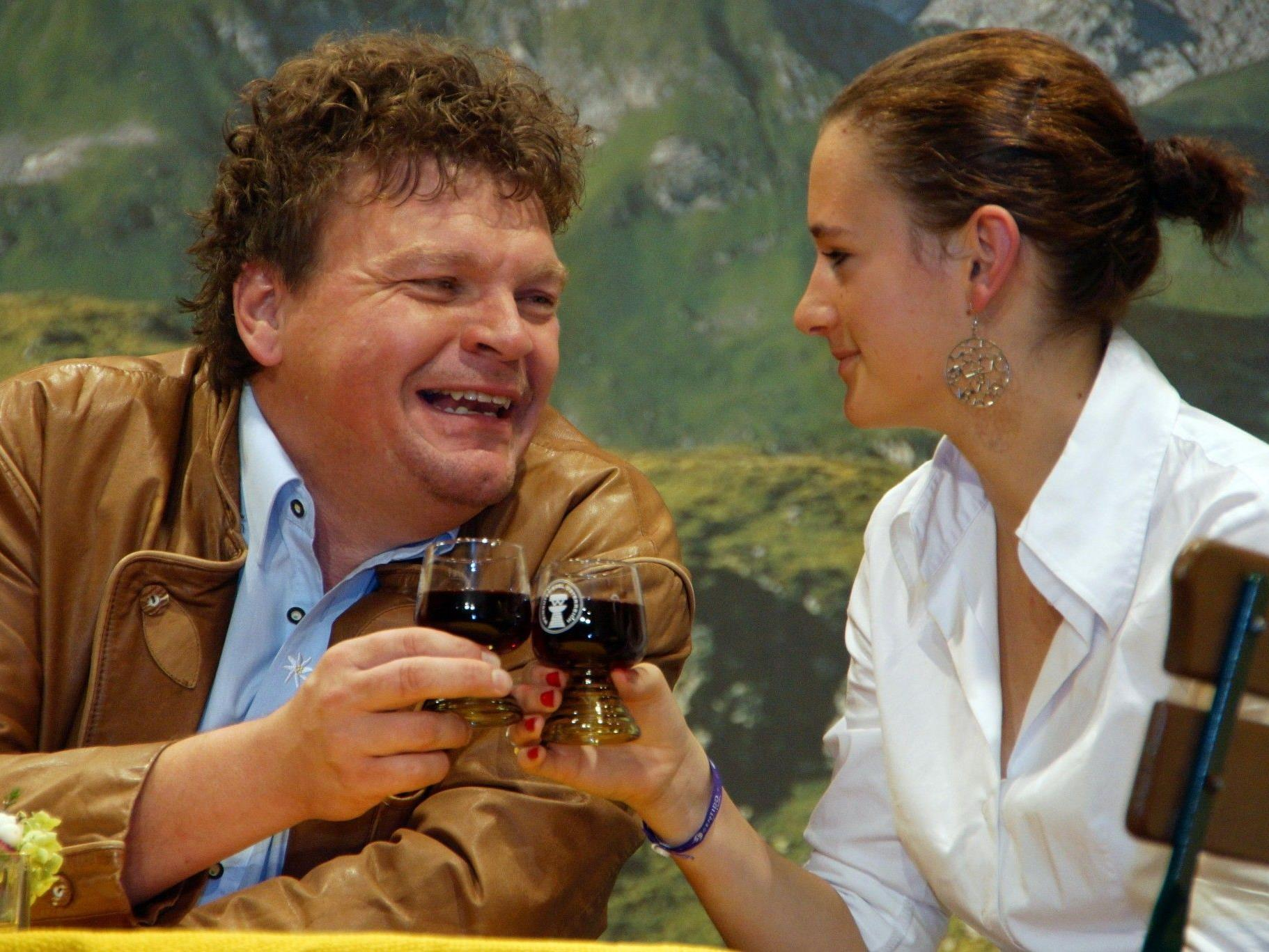 Kilian Moll als Charmeur mit Debütantin Nina Reinbacher.