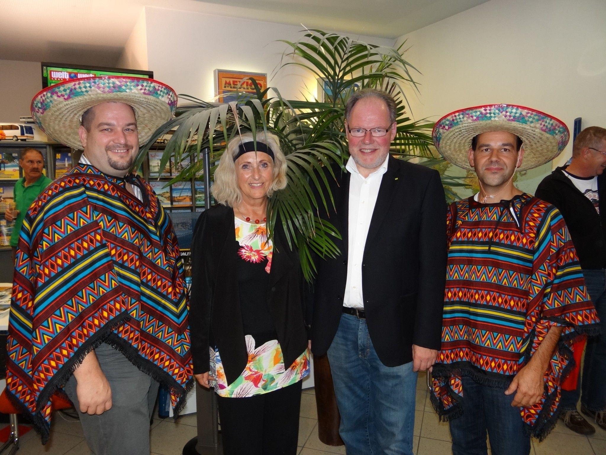 """Viva la Mexico"" hieße es am Freitag bei Loacker Tours in Götzis (v.l.) Ralph Loacker, Petra Ludescher, Bgm. Werner Huber & Klaus Böckle"