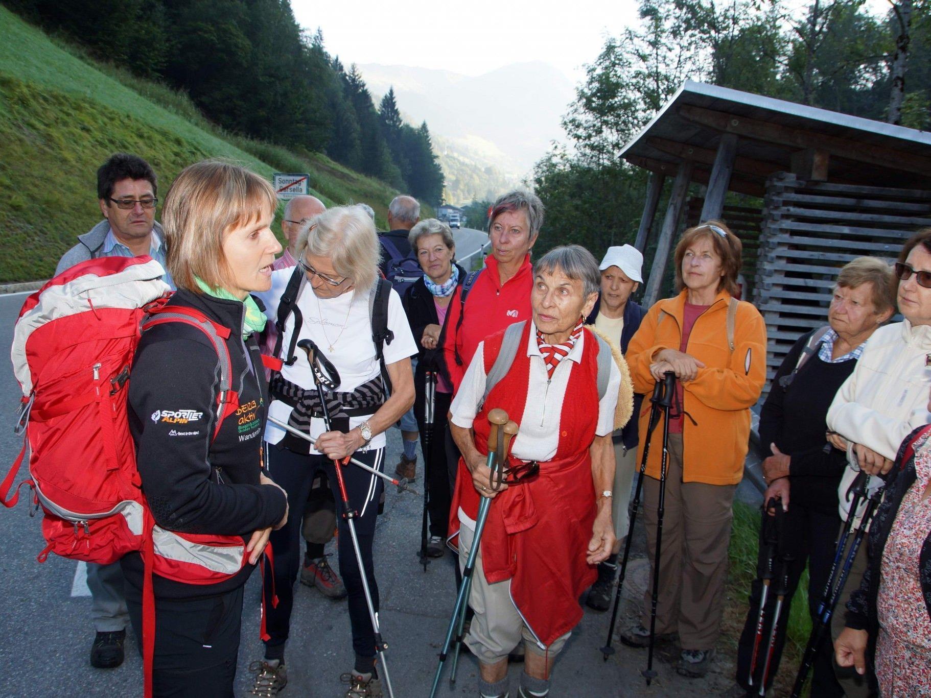 Aufbruch zu einer neuen Talerkundung bei der Senioren-Wanderwoche im Biosphärenpark.