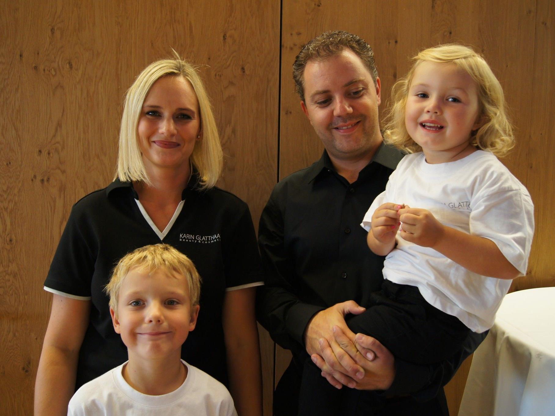 Stolze Besitzer des neuen Kosmetikstudios: Karin und René Glatthaar mit Kids.