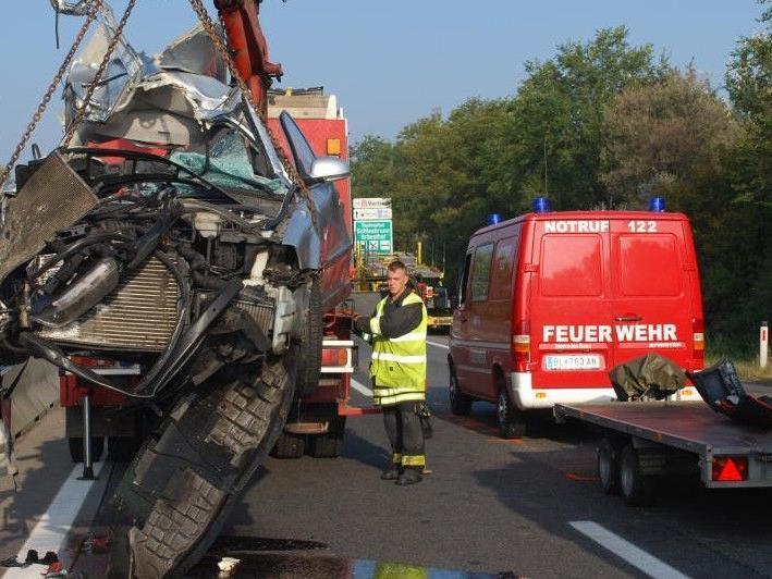 Bei dem schweren Auffahrunfall auf der A4 Ostautobahn wurde eine 53-Jährige getötet.