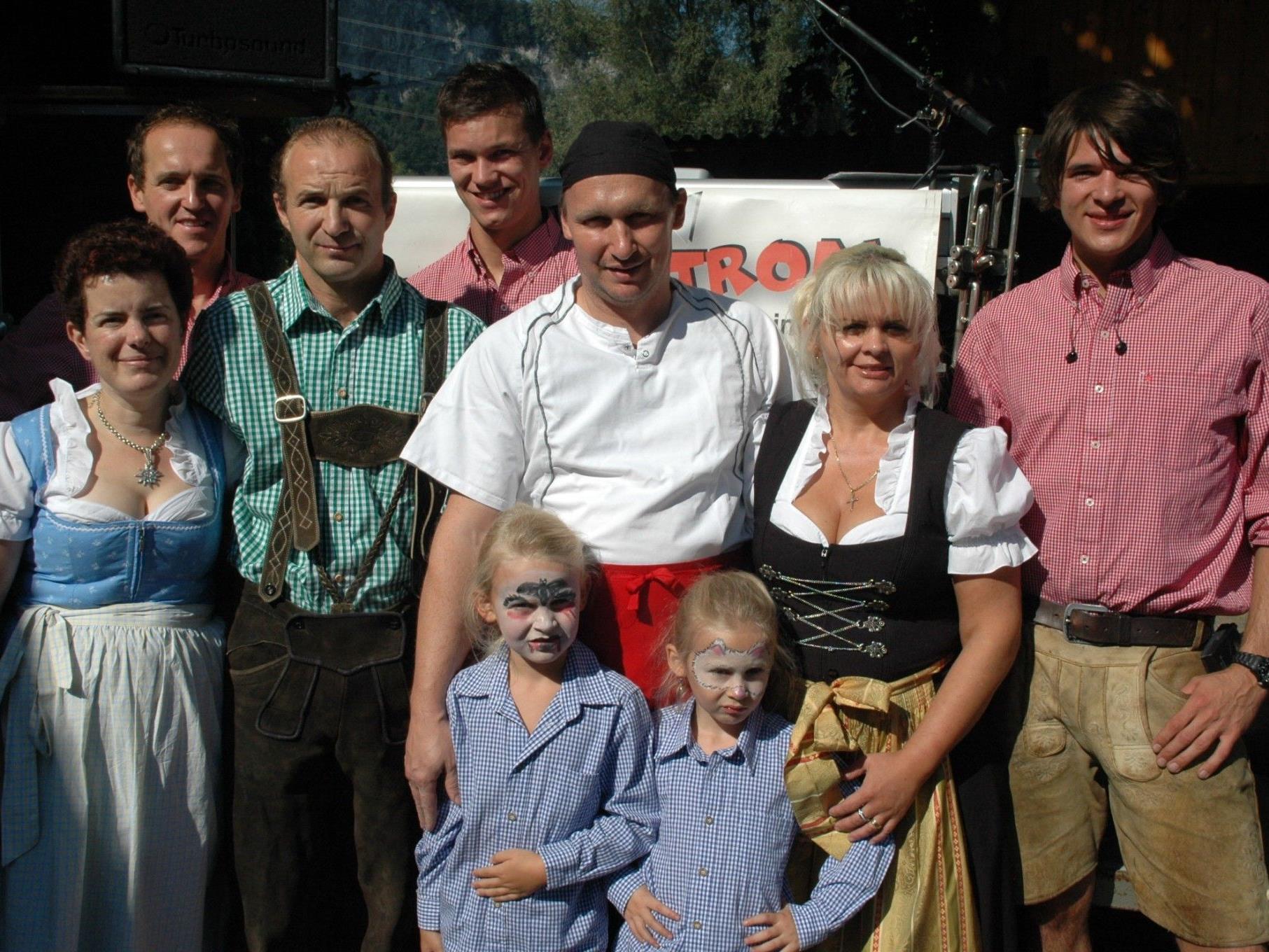 Organisierten eine Spendenaktion und einen Frühschoppen für den kleinen Emilian: Harald Pollaczek, Maria Birnbaumer, Manuela & Stefan Metzler mit Anna-Lena & Raphaela