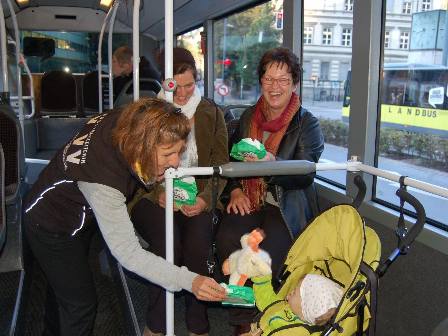 Zahlreiche Stadtbusfahrgäste freuten sich über die nette Überraschung am Morgen.