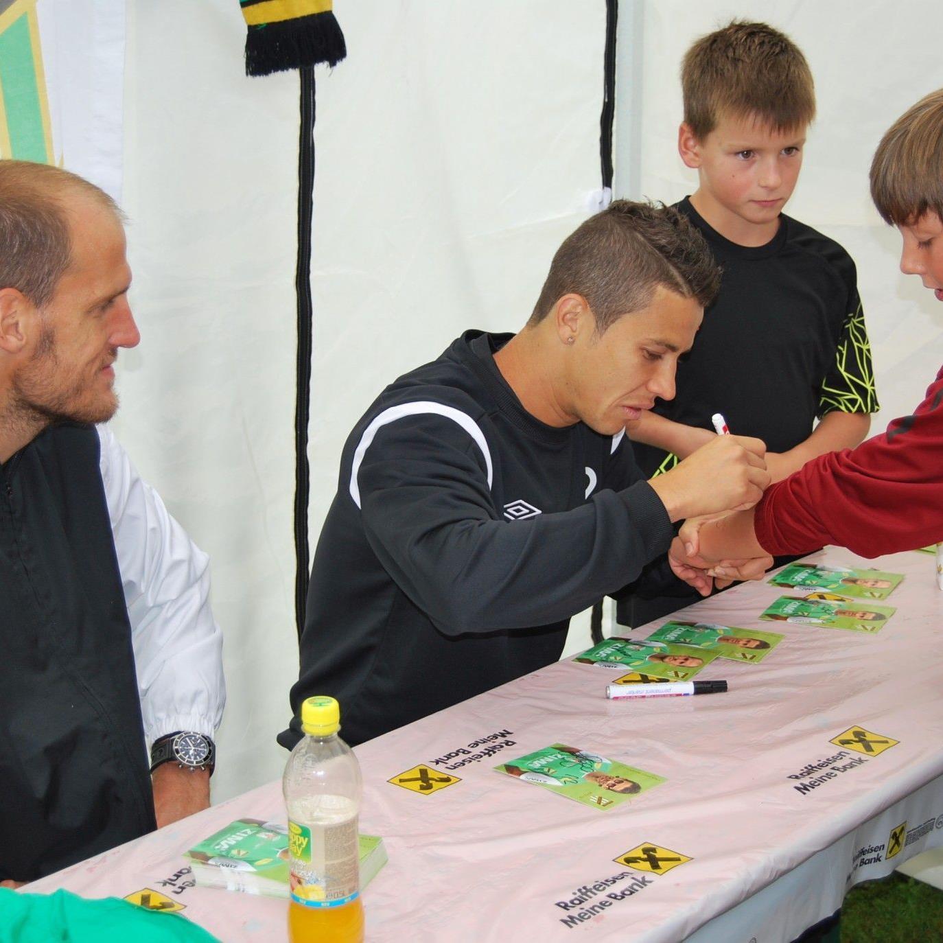 Thiago de Lima und Jürgen Patocka mussten viele Autogrammkarten schreiben.