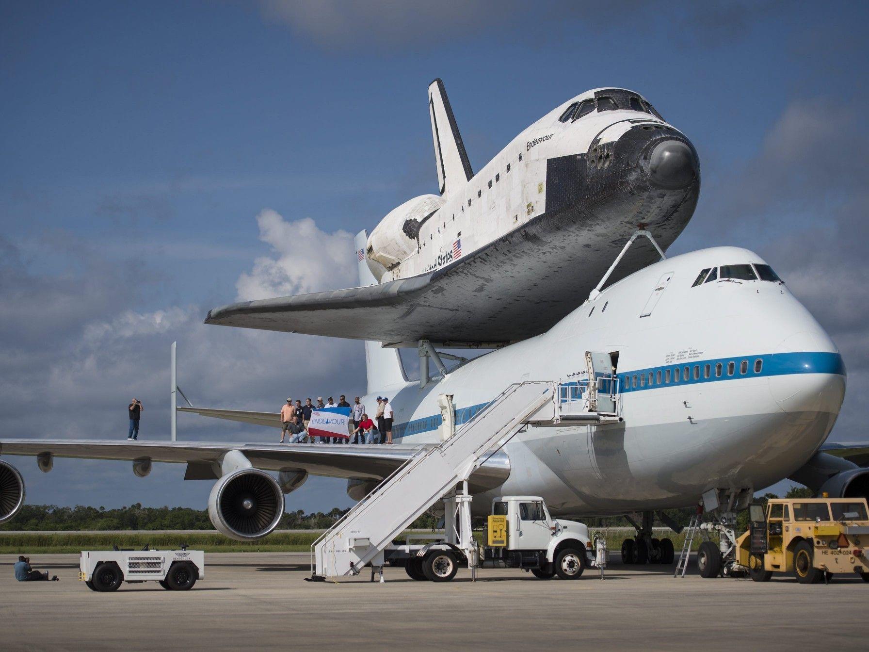 """Die """"Endeavour"""" tritt ihre letzte Reise huckepack an."""