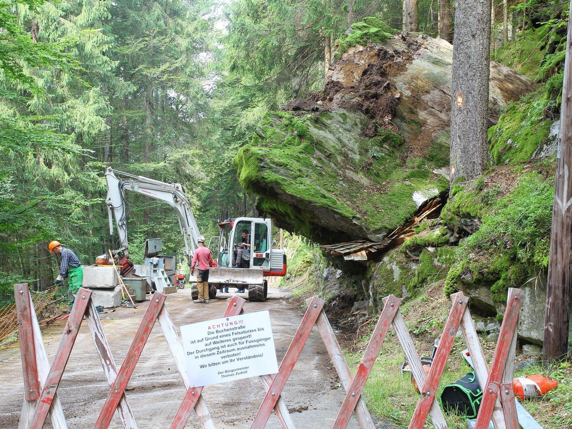 Silbertal: Felsbrocken stürzte auf Gemeindestraße.