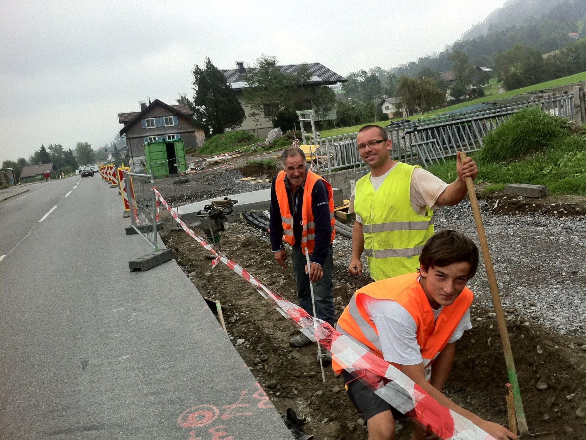 Baupolier Hermann Wittwer (ganz hinten) zeigt sich mit dem Baufortschritt beim Geh-und Radweg zufrieden.
