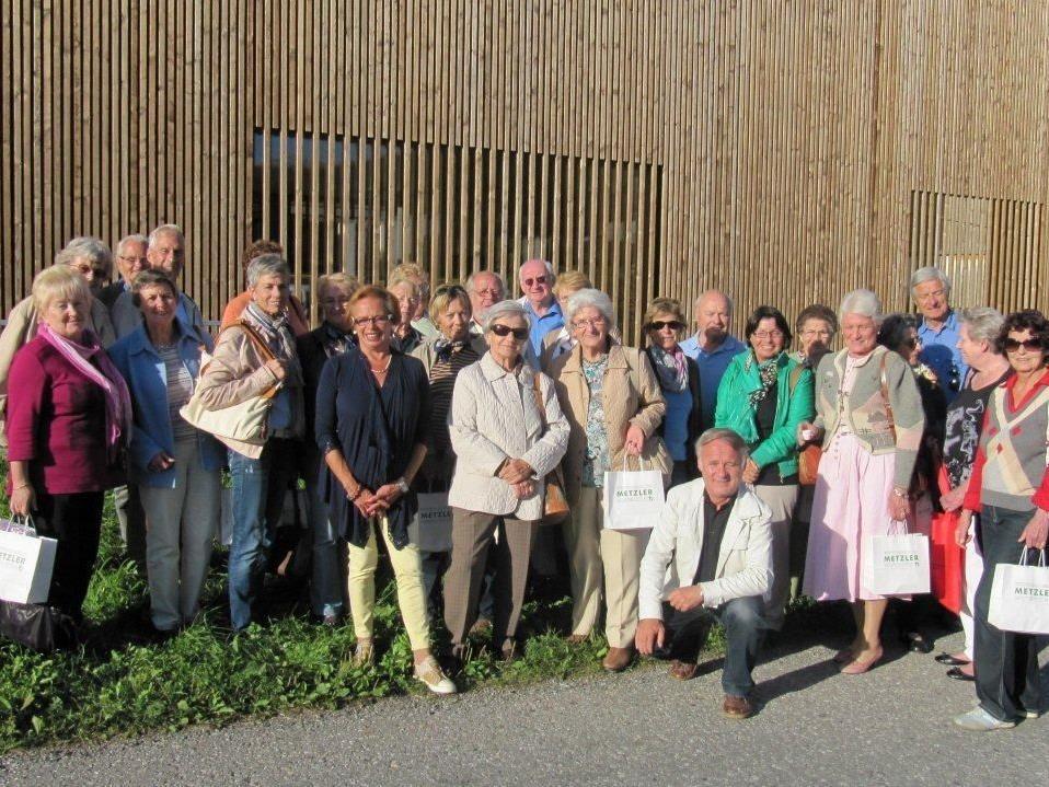 Der Seniorenbund Bregenz vor dem Metzler-Hof in Egg