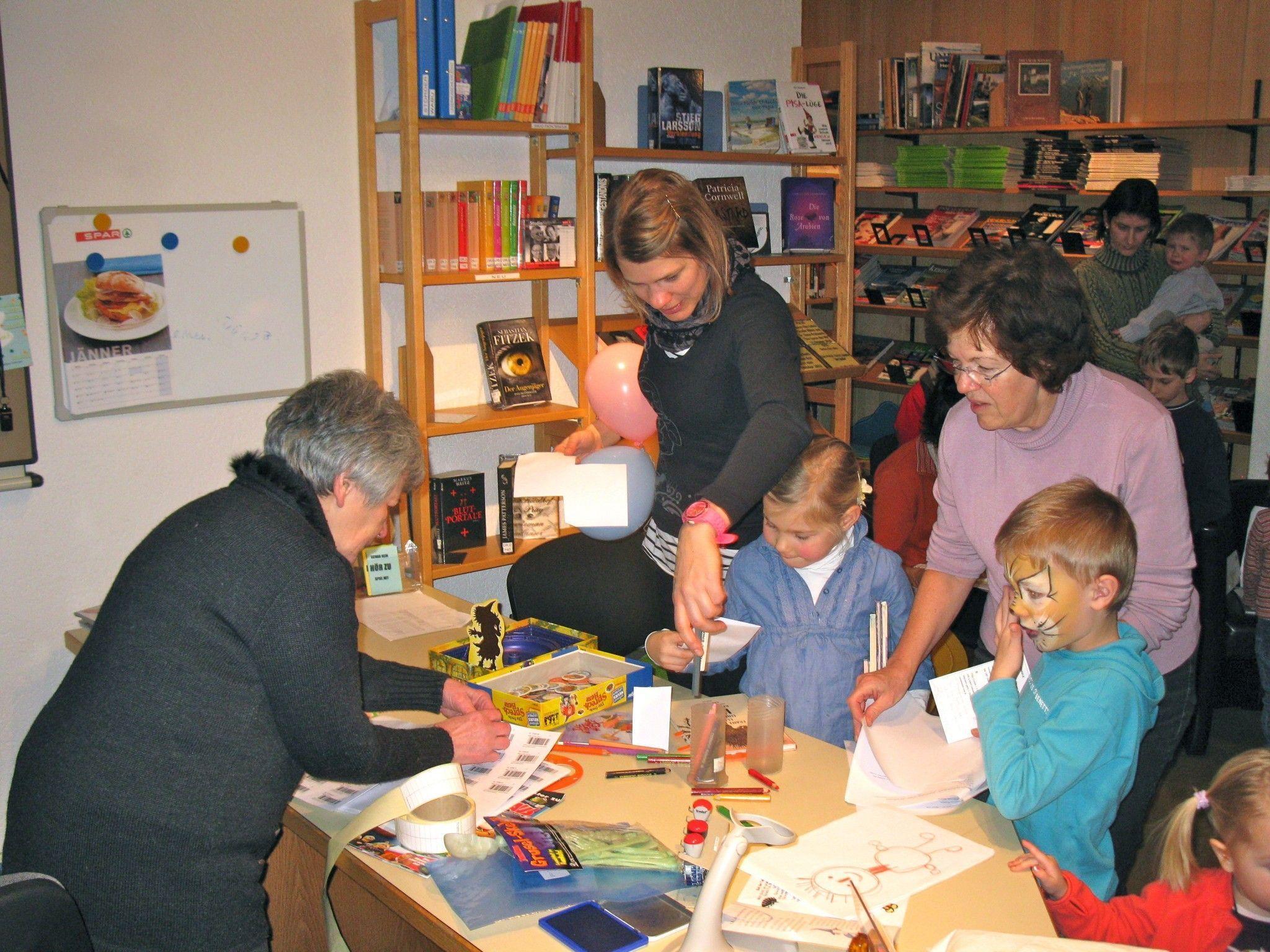 Bei Kindern ab dem Volksschulalter ist ein Besuch in der Bücherei besonders beliebt