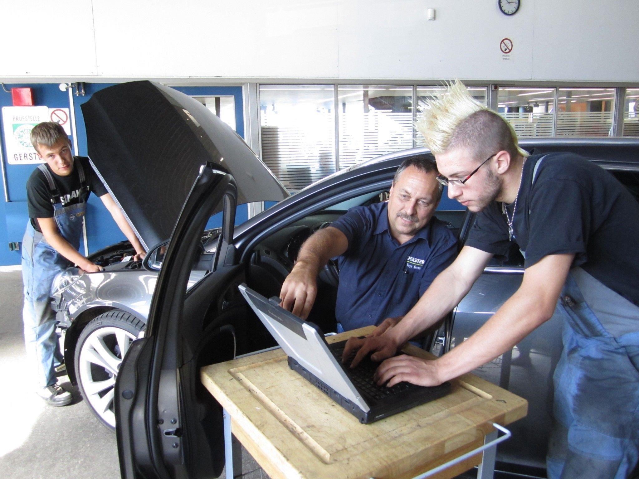 Florian liest am Fahrzeug die Fehlercodes aus