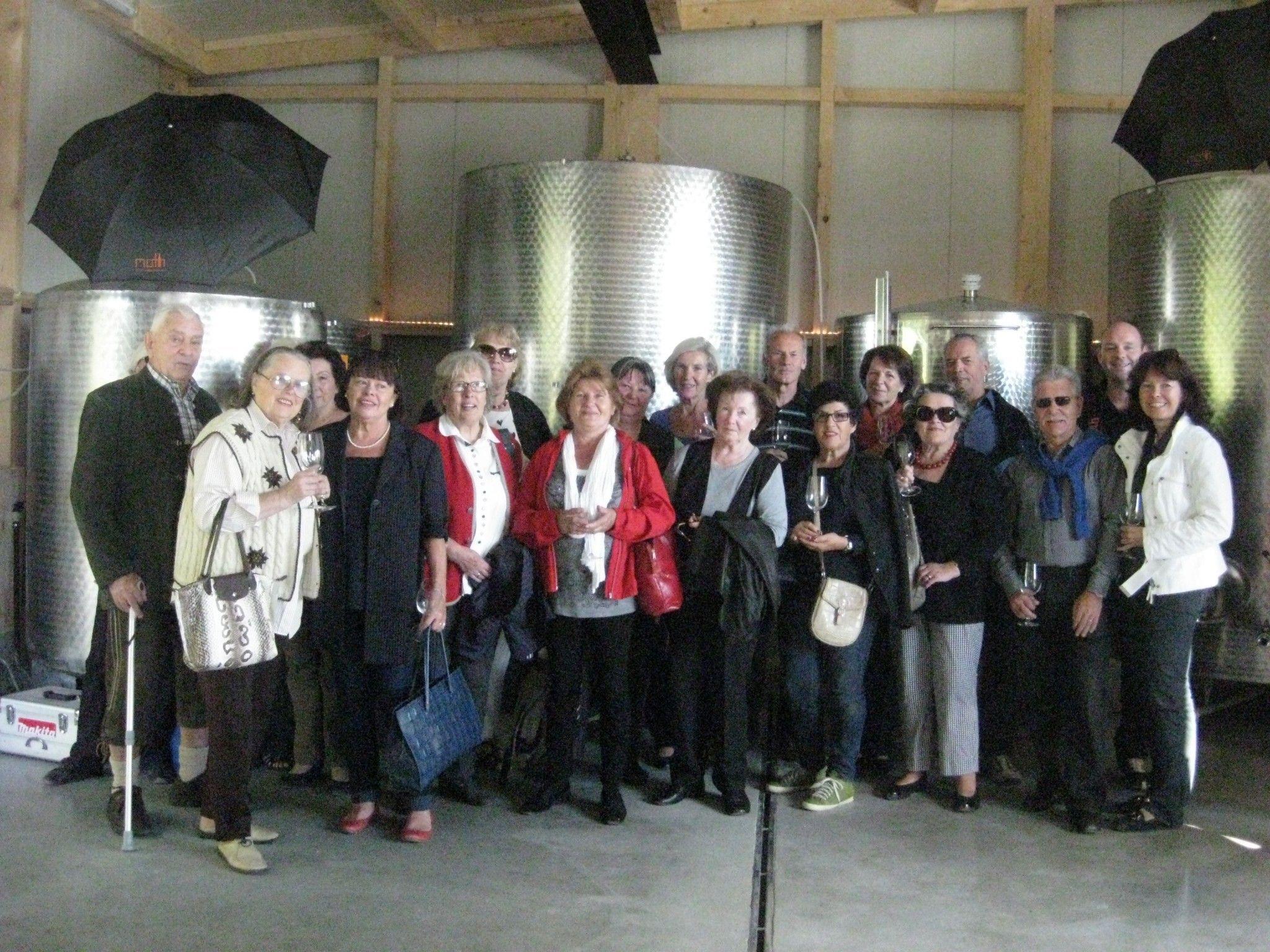 Teilnehmer bei der Besichtigung im Weingut Möth