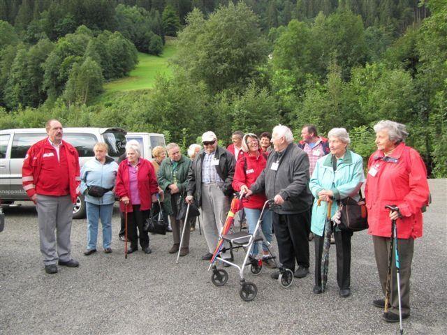 Die reiselustigen Senioren treffen sich bei der  Kristbergbahn und freuen sich auf den Kristberg.