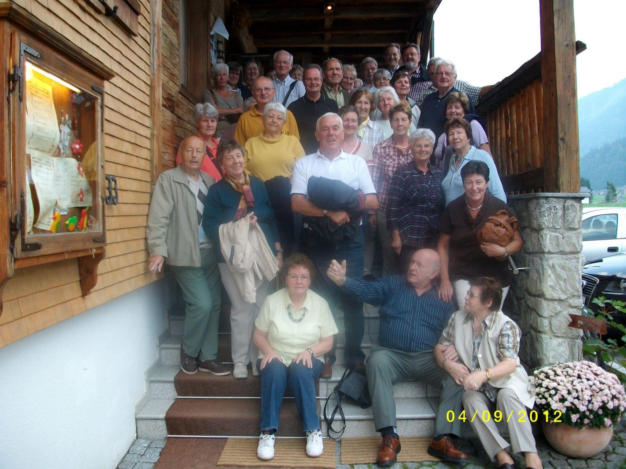 Die Altacher Seniorengruppe vor dem Erlebnis-Gasthaus UrAlp in Au