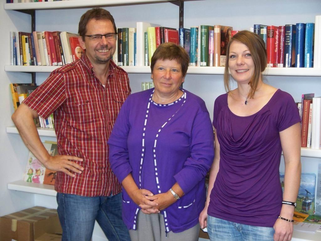v.l. Andreas Haumer, Pensionistin Annemarie Hartmann, Nina Stemer.