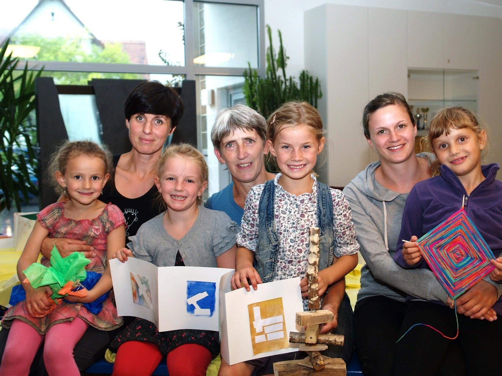 Irene Christof, Dorothea Ebner und Verena Dobler mit einigen Kindern bei der Abschlussveranstaltung.