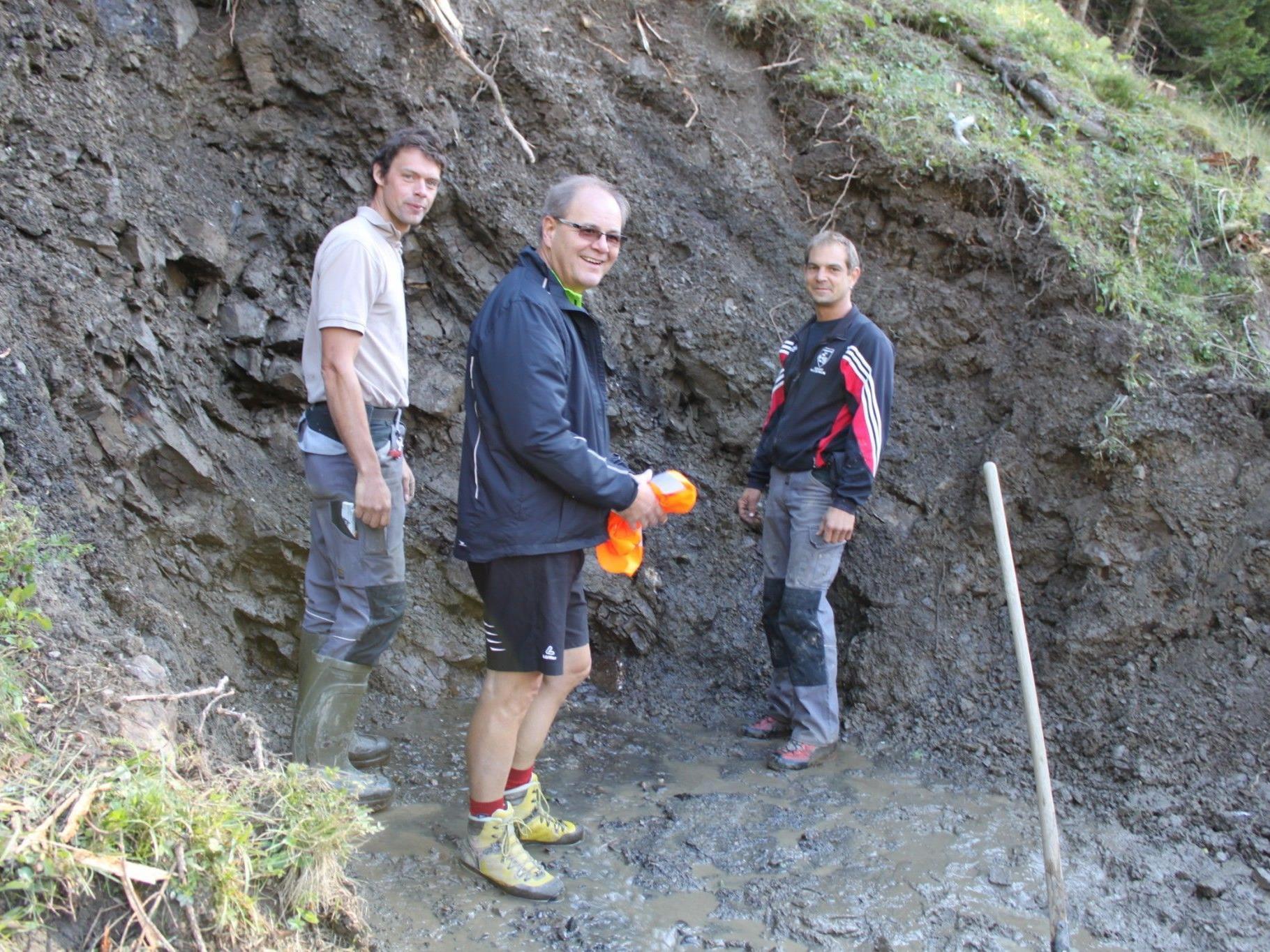 Bürgermeister Reinhard Nachbaur (Mitte) sowie Bauhof-Mitarbeiter Raimund Nachbaur (re.) und Thomas Porod vor der neuen Quelle auf der Staffel-Alpe.
