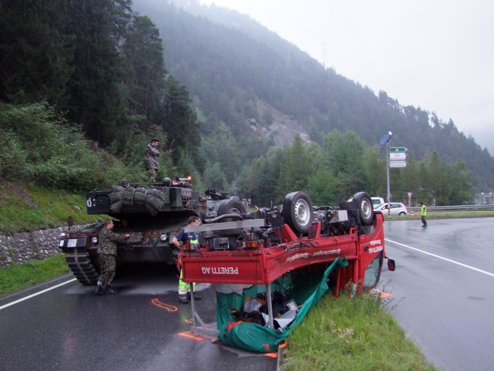 """Der Lieferwagen wurde von einem Kampfpanzer """"Leopard"""" gerammt."""