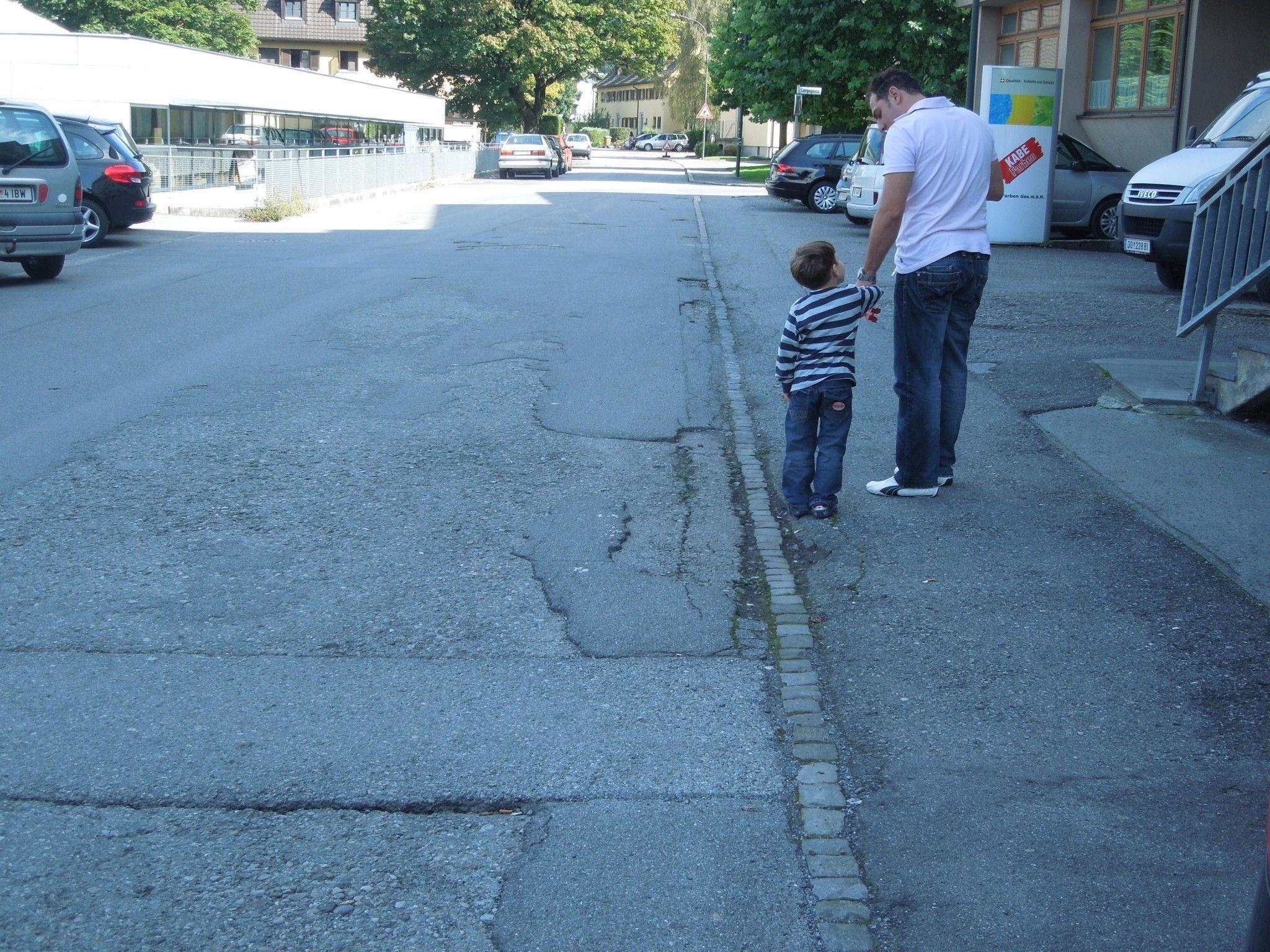 Auf der Hamerlingstraße ist der Straßenbelag an vielen Stellen sanierungsbedürftig.