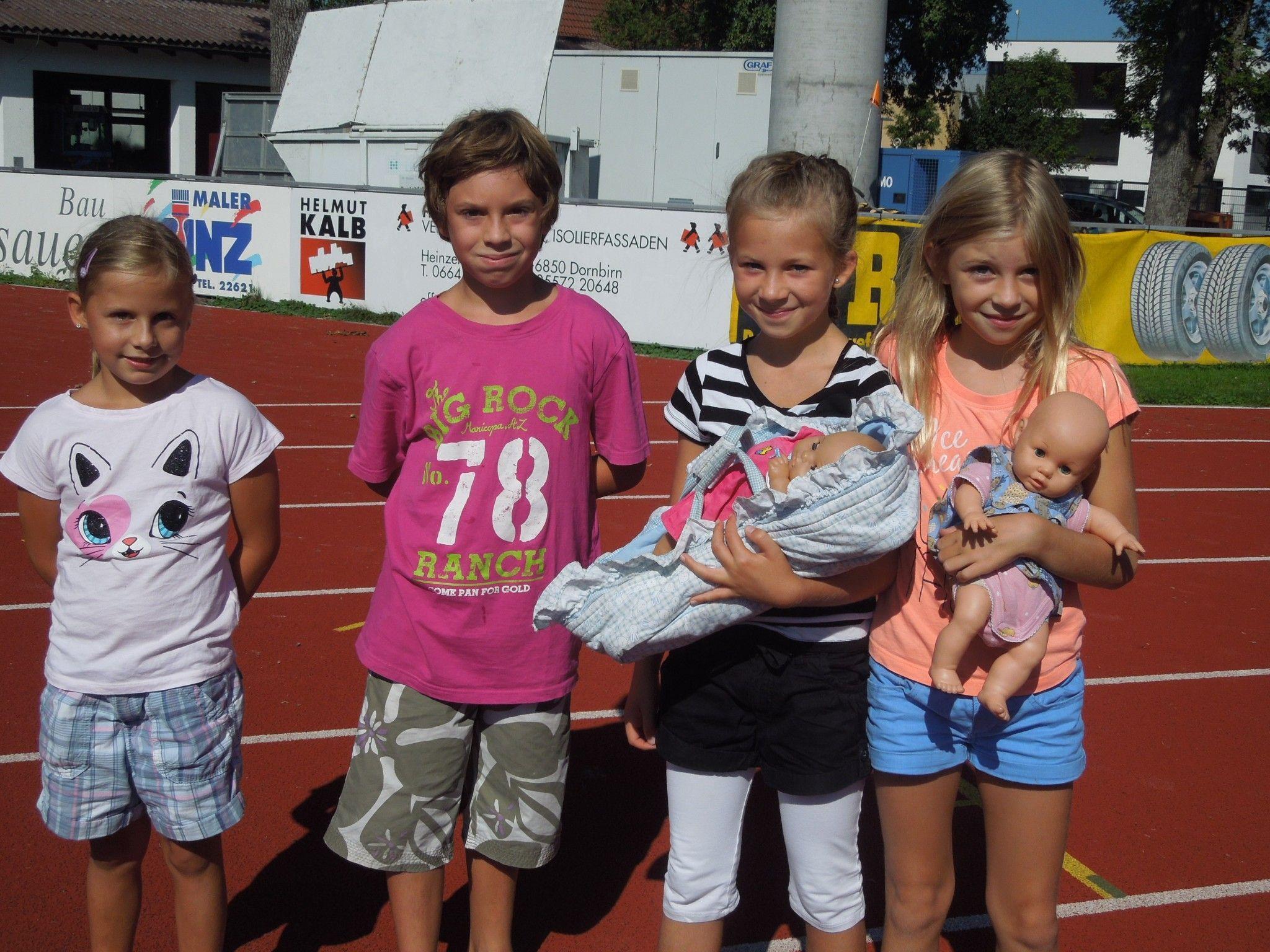 Johanna, Jonas, Chiara und Vivien genossen ein ausgelassenes Fest beim traditionellen Familiensonntag auf der Birkenwiese.