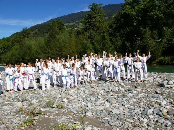 Die Götzner Karatekas vor dem Bad im kalten Bach