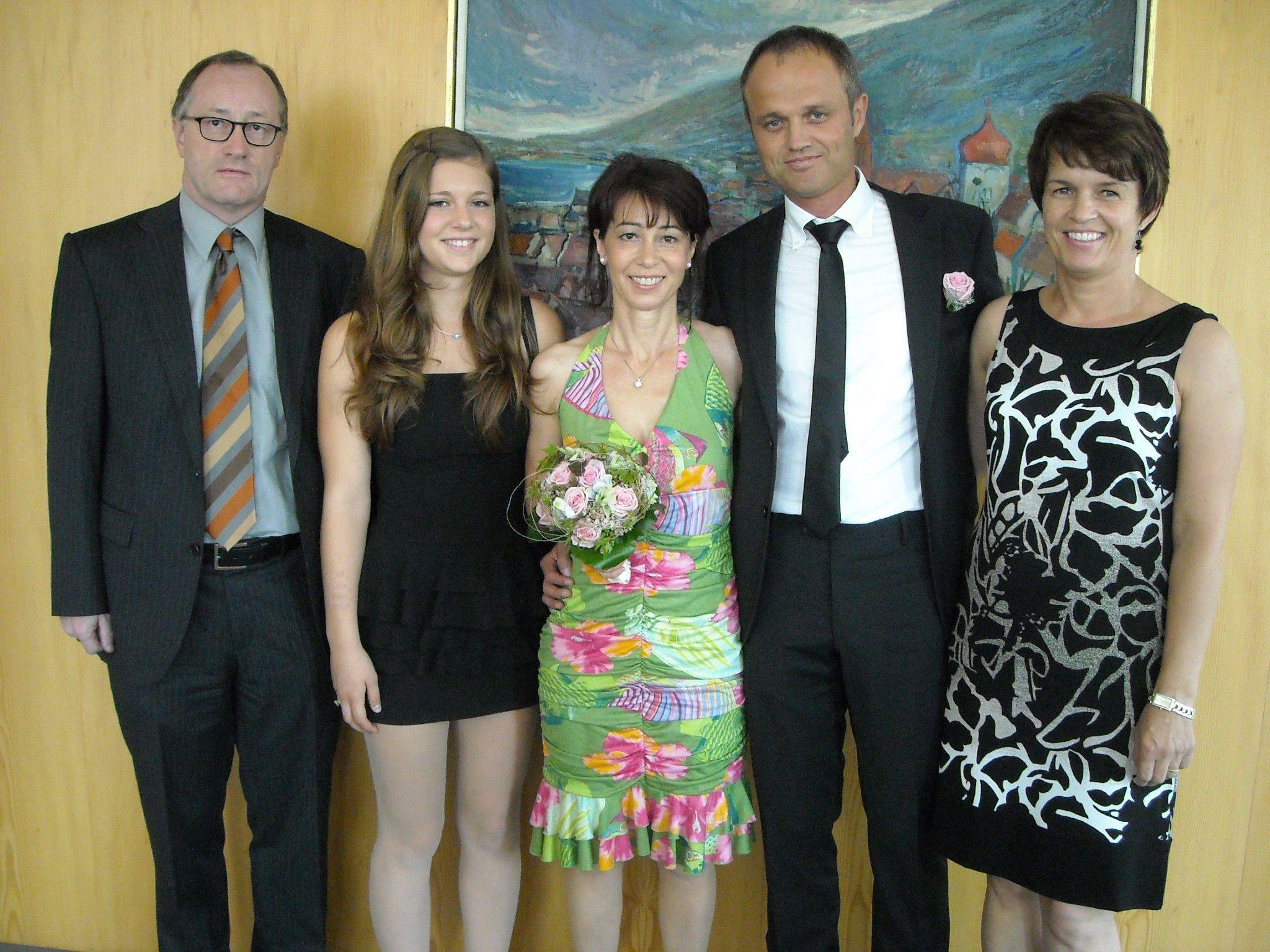 Das glückliche Paar mit Tochter Tamara und den Trauzeugen.