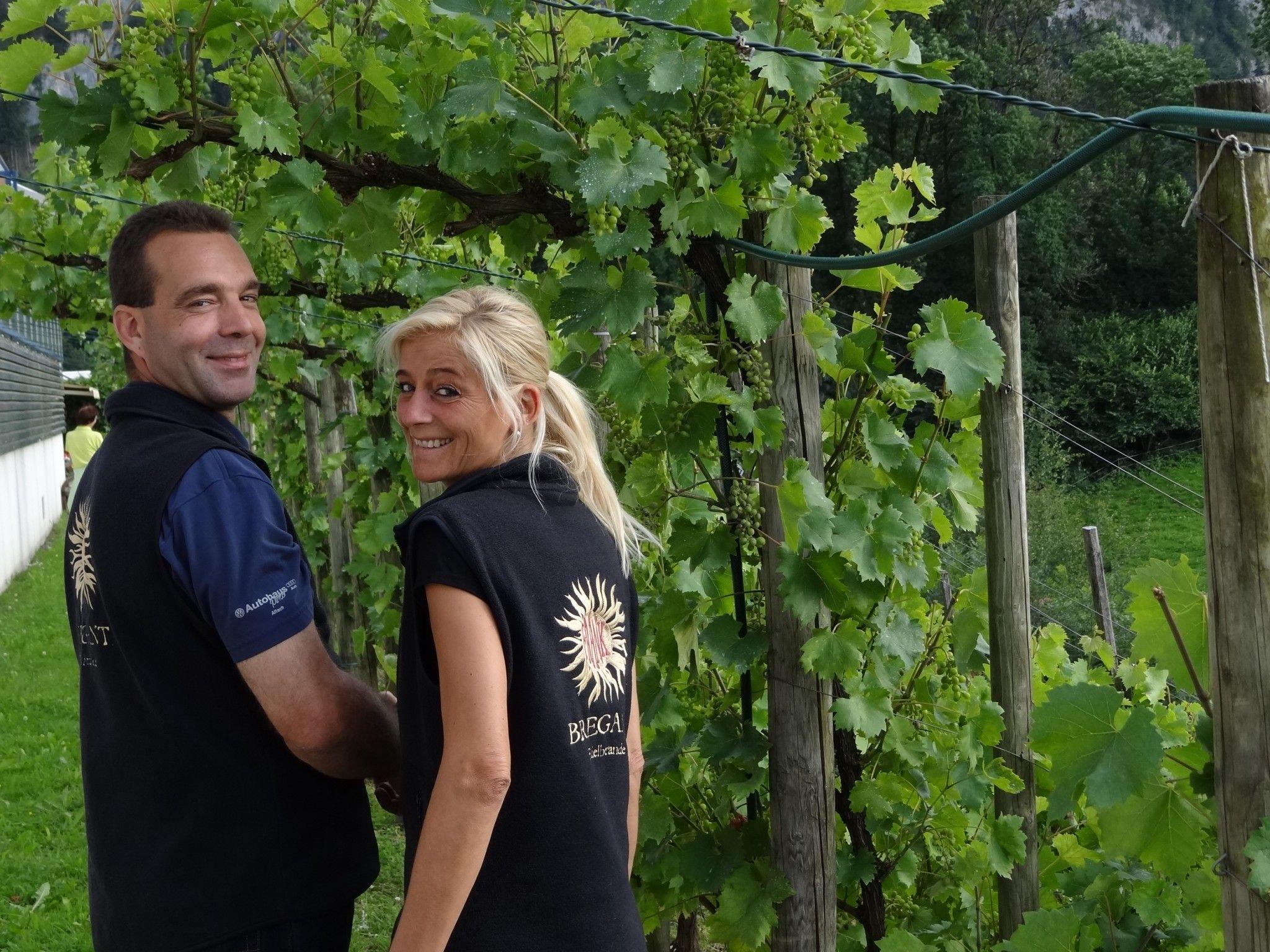 Frank & Edith Bregant im Juli in ihrem Weinberg oberhalb von Götzis
