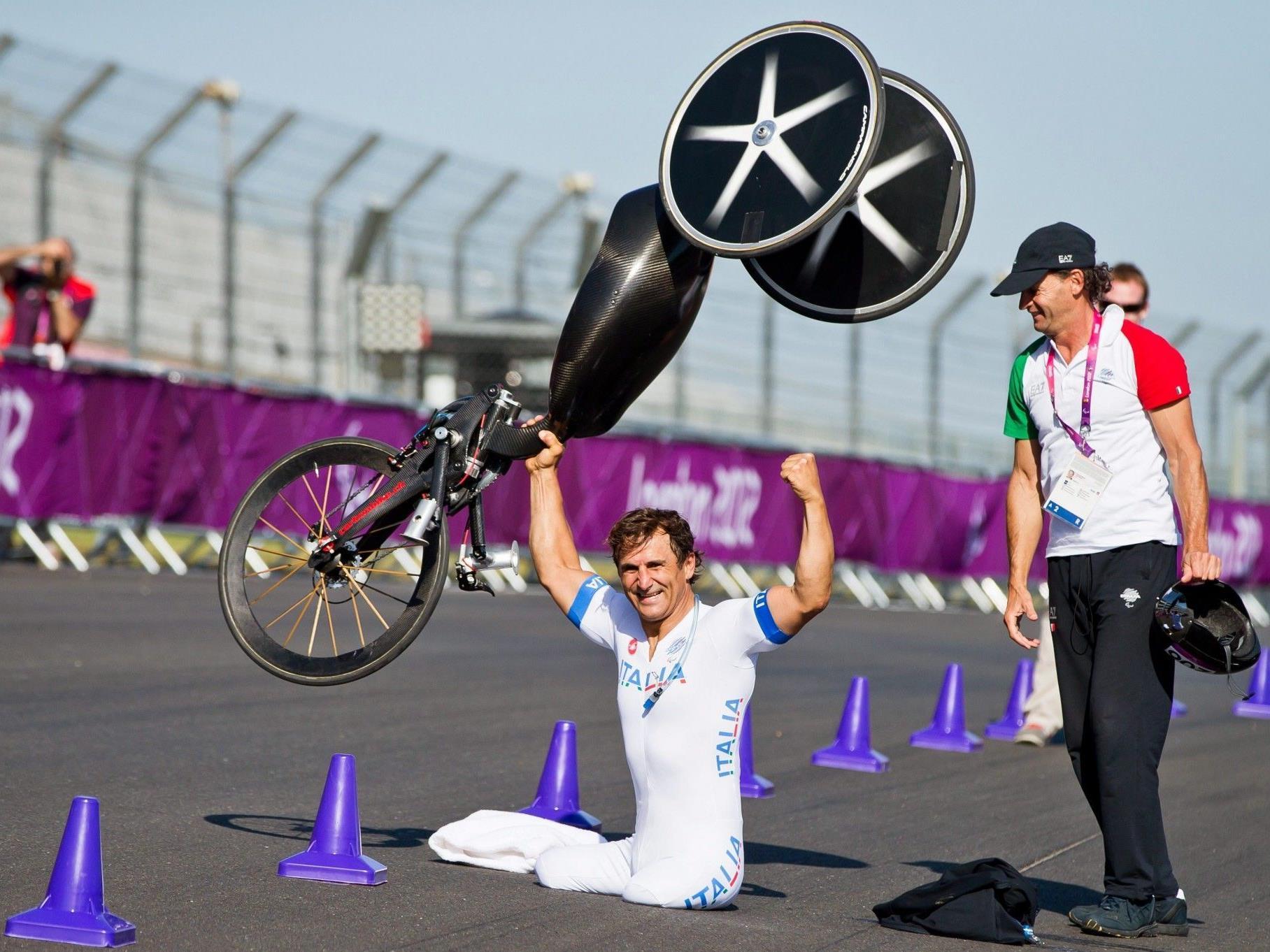 Zanardi jubelt über seine Goldmedaille bei den Paralympics 2012 in London.