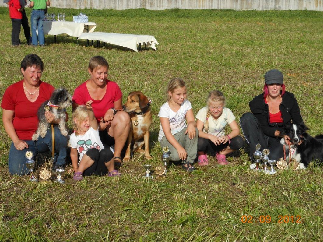 Erfolgreiche Hundefreunde mit ihren Vierbeinern