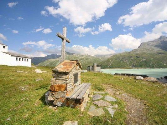 Gedenktafel vor der Barbarakapelle auf der Bielerhöhe.