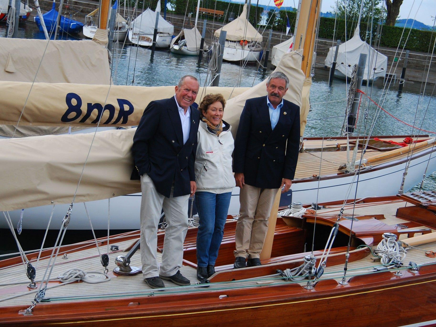 """Anne und Andreas Lochbrunner mit Tilman Kuner auf der """"Elfe II""""."""