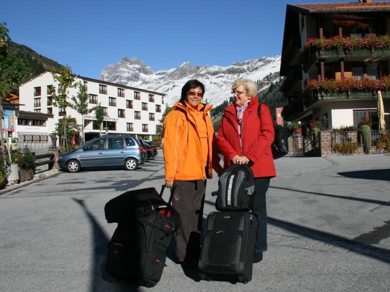 Der Herbst begann in hochalpinen Lagen des Bregenzerwaldes mit faszinierendem Kontrast und begrüßte die Urlaubsgäste mit Blütenpracht auf den Hotelbalkonen und weißen Berggipfeln.