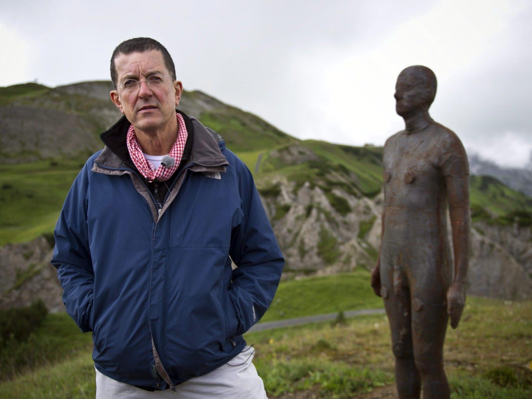 Antony Gormley vor einem seiner Eisenmänner in Lech.