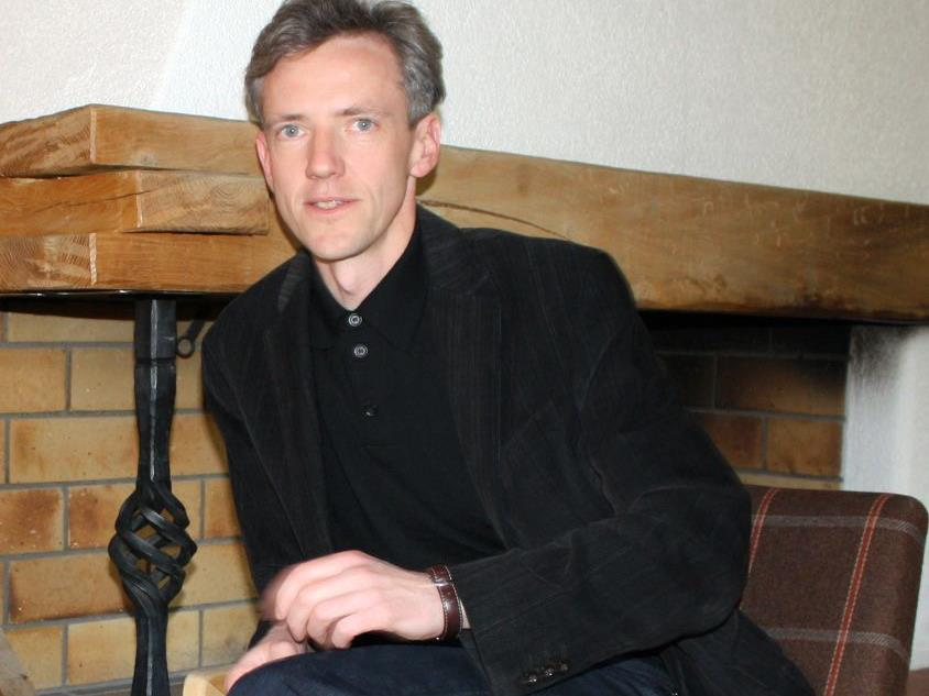 Gotthard Bilgeri liest Kostproben aus dem Buch von Klaus Christa.