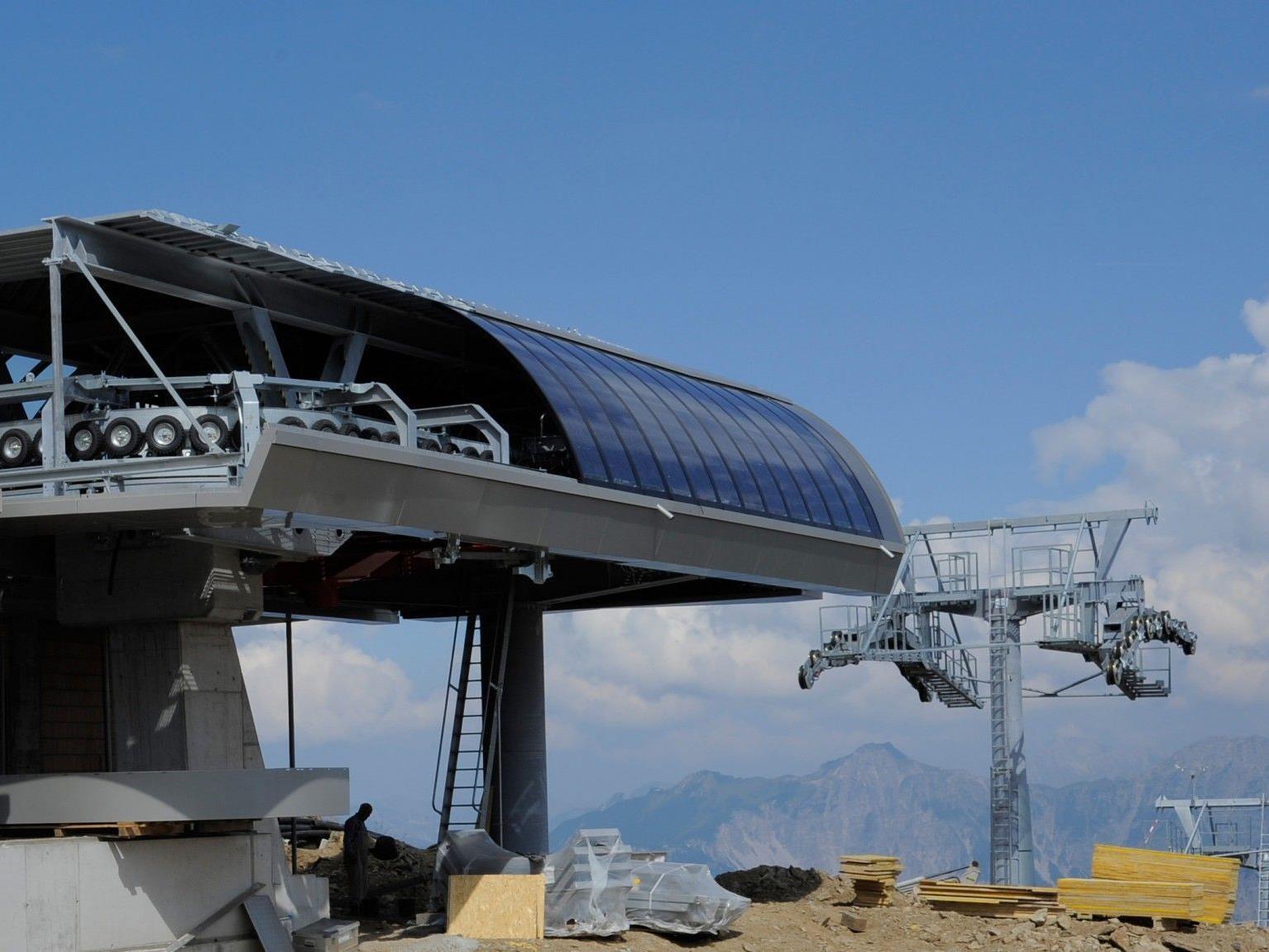 Bei der Bergstation wurden die ersten Fotovoltaik-Module bereits montiert.