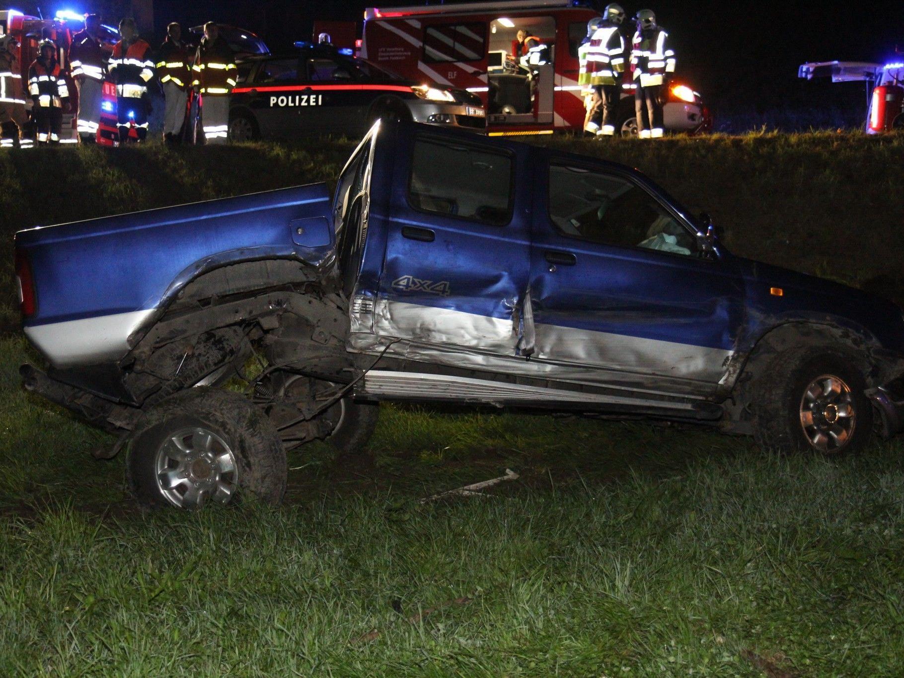 Schwerer Verkehrsunfall auf der Walgaustraße forderte vier Verletzte.