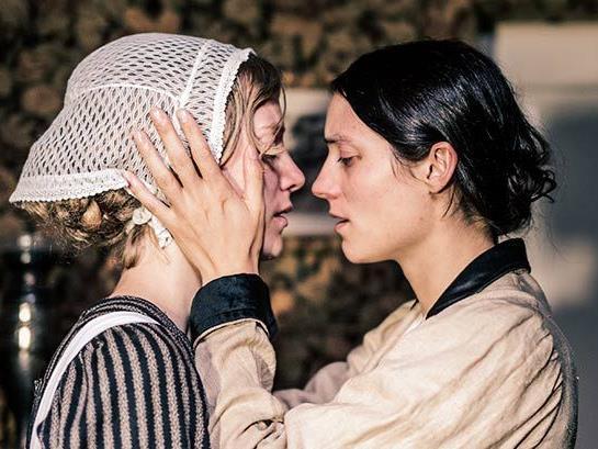 Eva Allenbach als Dienstmädchen und Julia Lena Lippoldt als Gräfin Meta