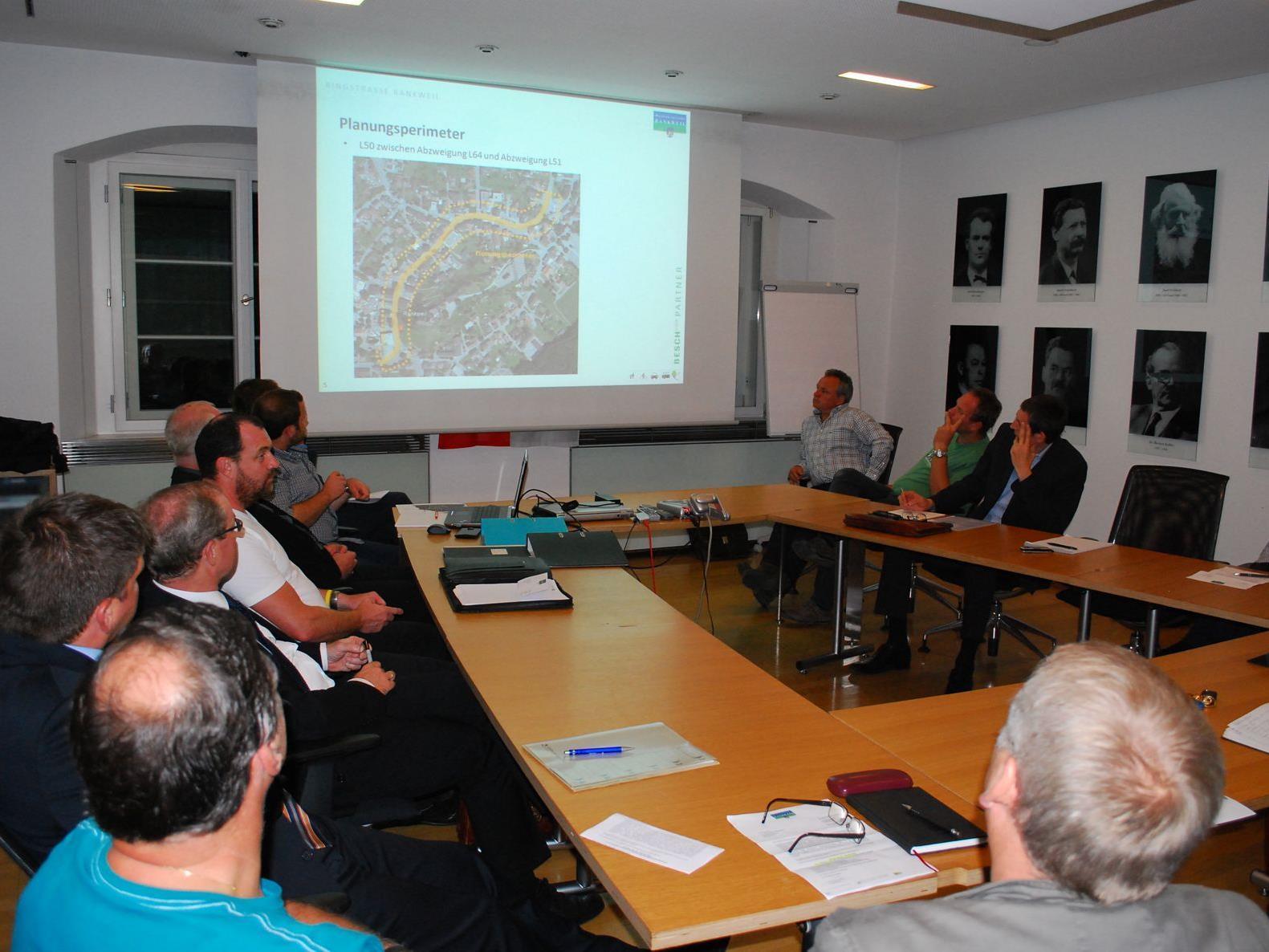 Die Arbeitsgruppe bei der Präsentation des Planungsbüros Besch & Partner