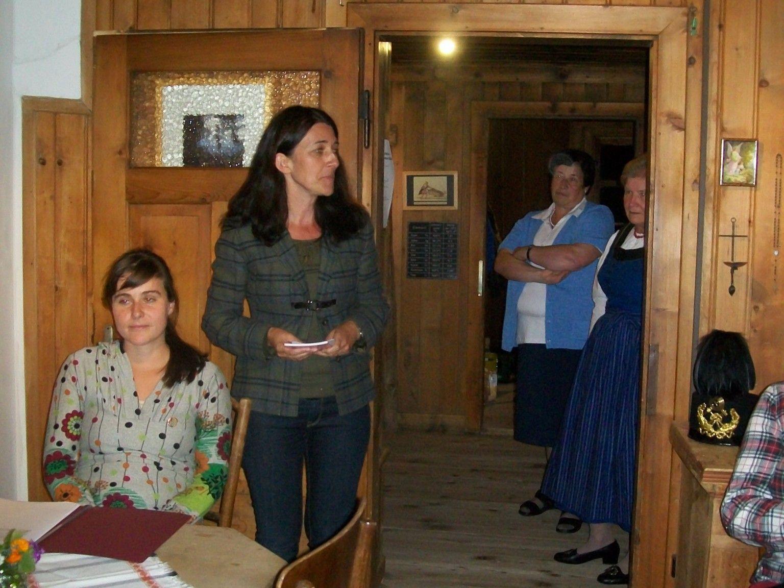 Karin Valasek begrüßte die Besucher und eröffnete die Lesung von Monika Valentin.