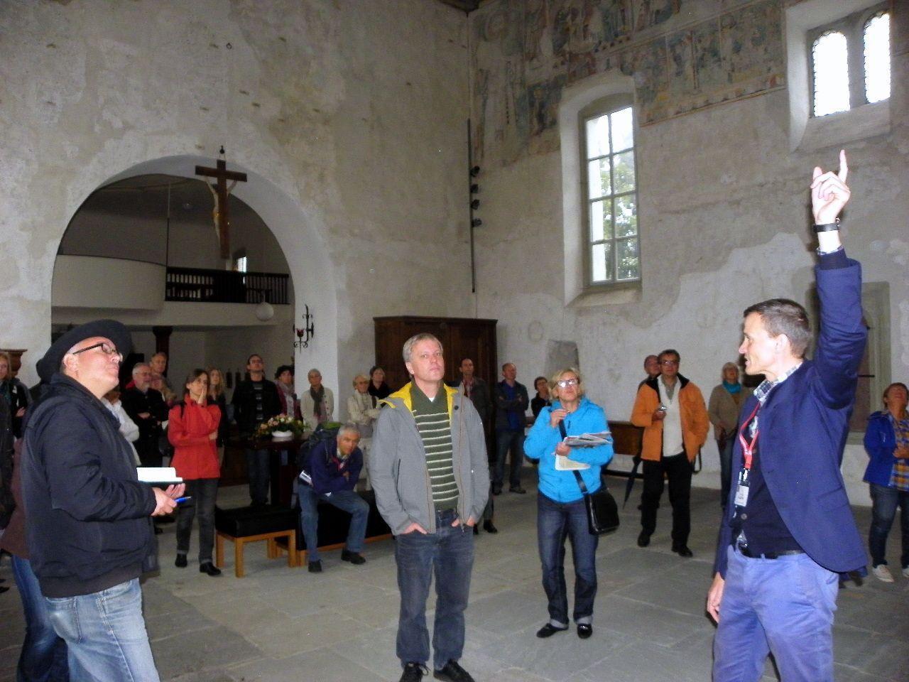 Stadtarchivar Thomas Klagian erklärte den Besuchern die Entstehung der Wandmalereien