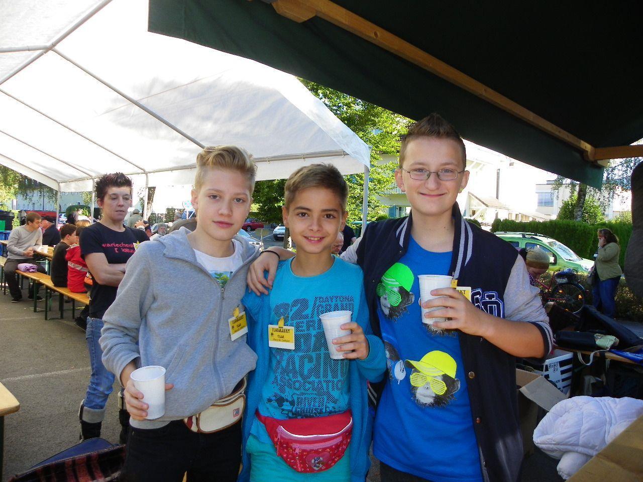 David, Alexander und Dominik halfen beim Flohmarkt