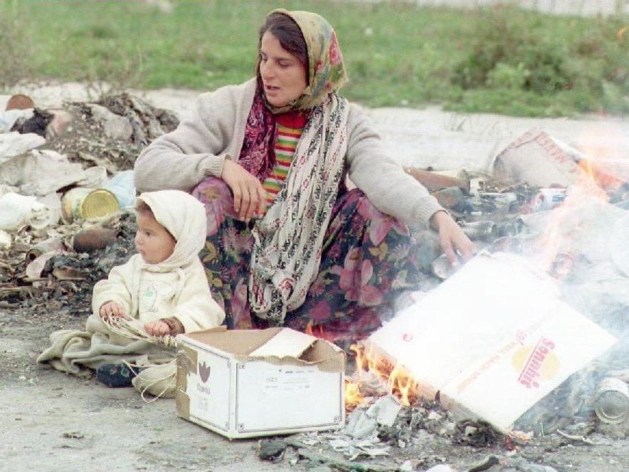 Eine Roma-Frau mit ihrem Kleinkind.