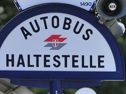 Mann bei Bushaltestelle in Wien-Brigittenau überfallen