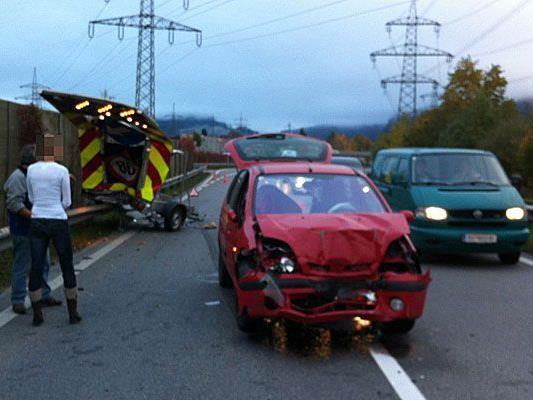 Auto und Warnschild wurden schwer in Mitleidenschaft gezogen.