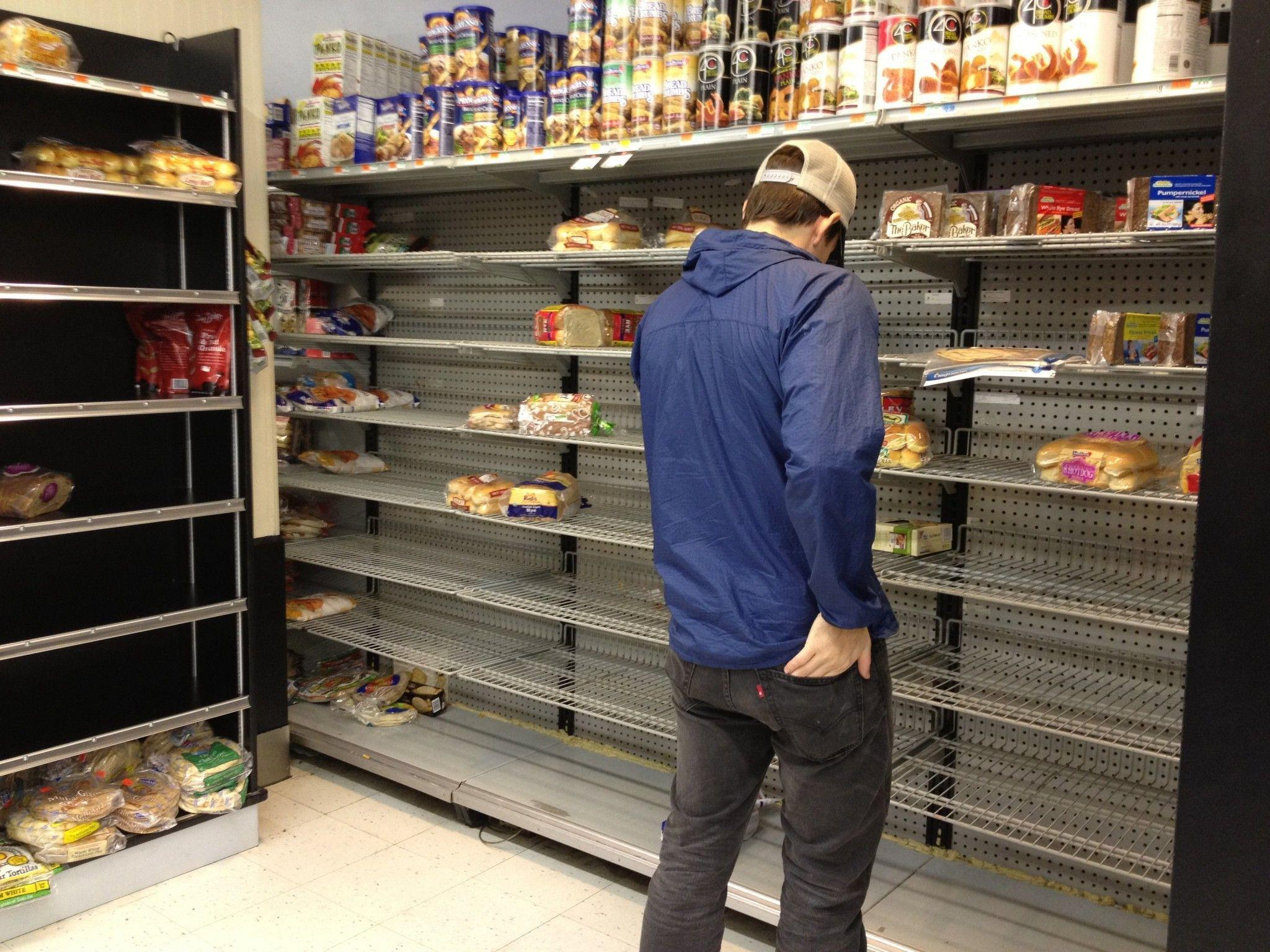 "Hamsterkäufe in Supermärkten und Drogeriegeschäften vor Hurrikan ""Sandy""."