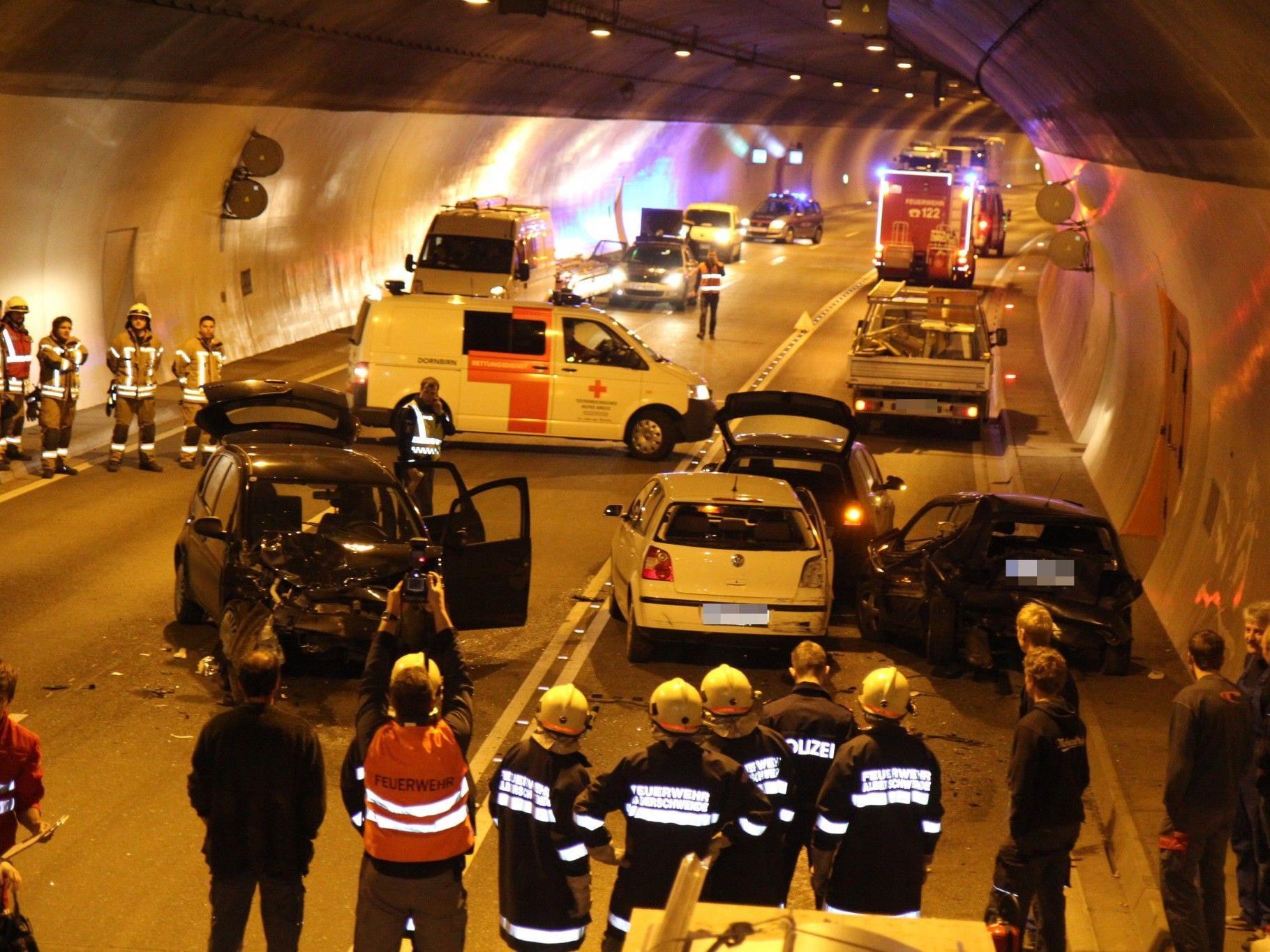 Vier Fahrzeuge waren in den Unfall im Achraintunnel involviert.