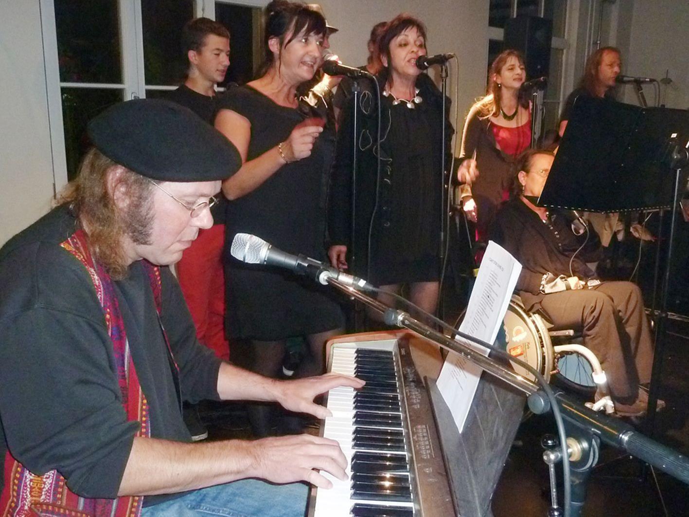 """Das """"Emsigen Beisl Orchestra"""" begleitete den Eröffnungsabend musikalisch."""