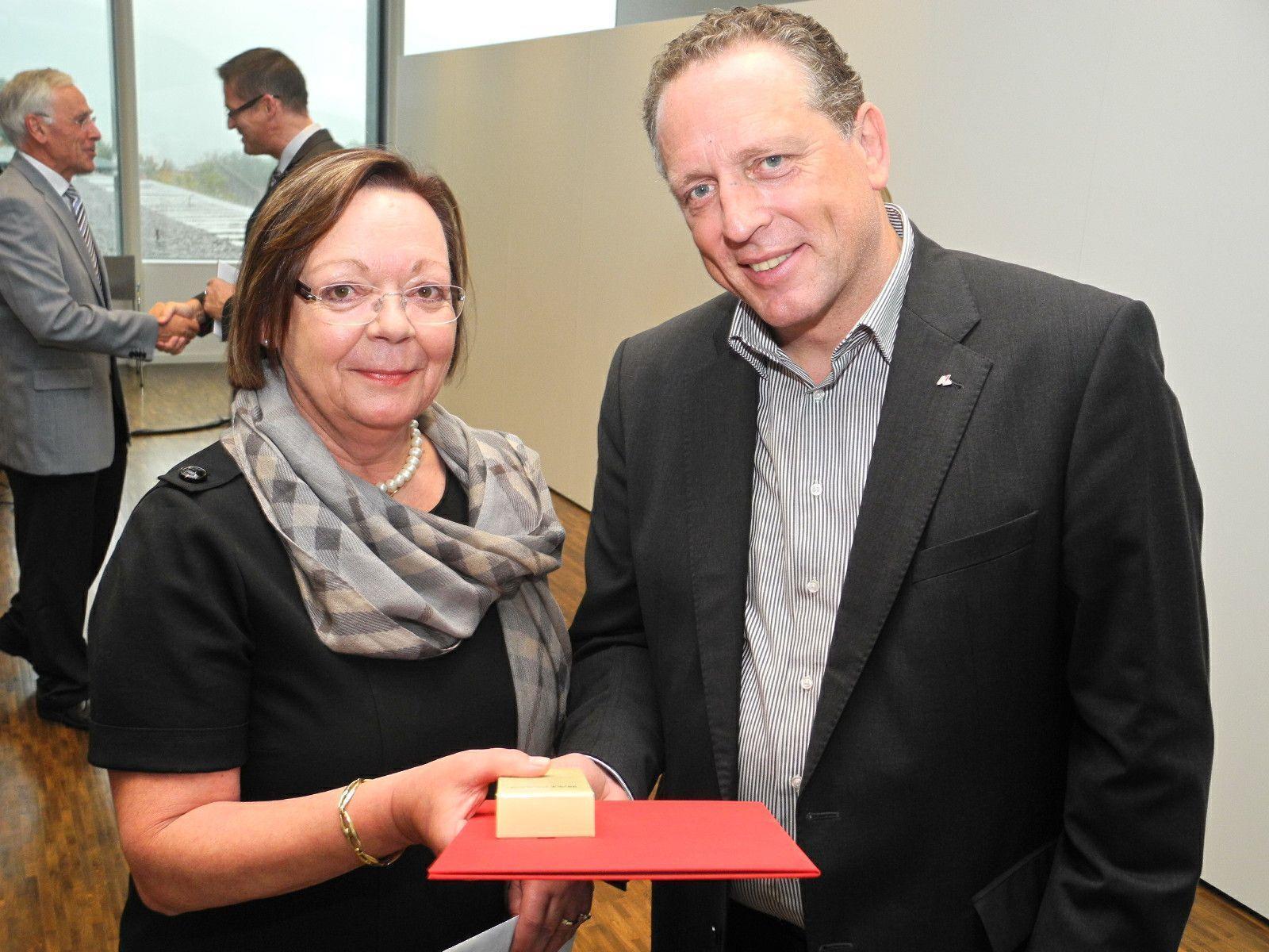 Angelika Dunkl erhält von Arbeiterkammerpräsident die Ehrenurkunde für 40 Jahre AK-Migliedschaft