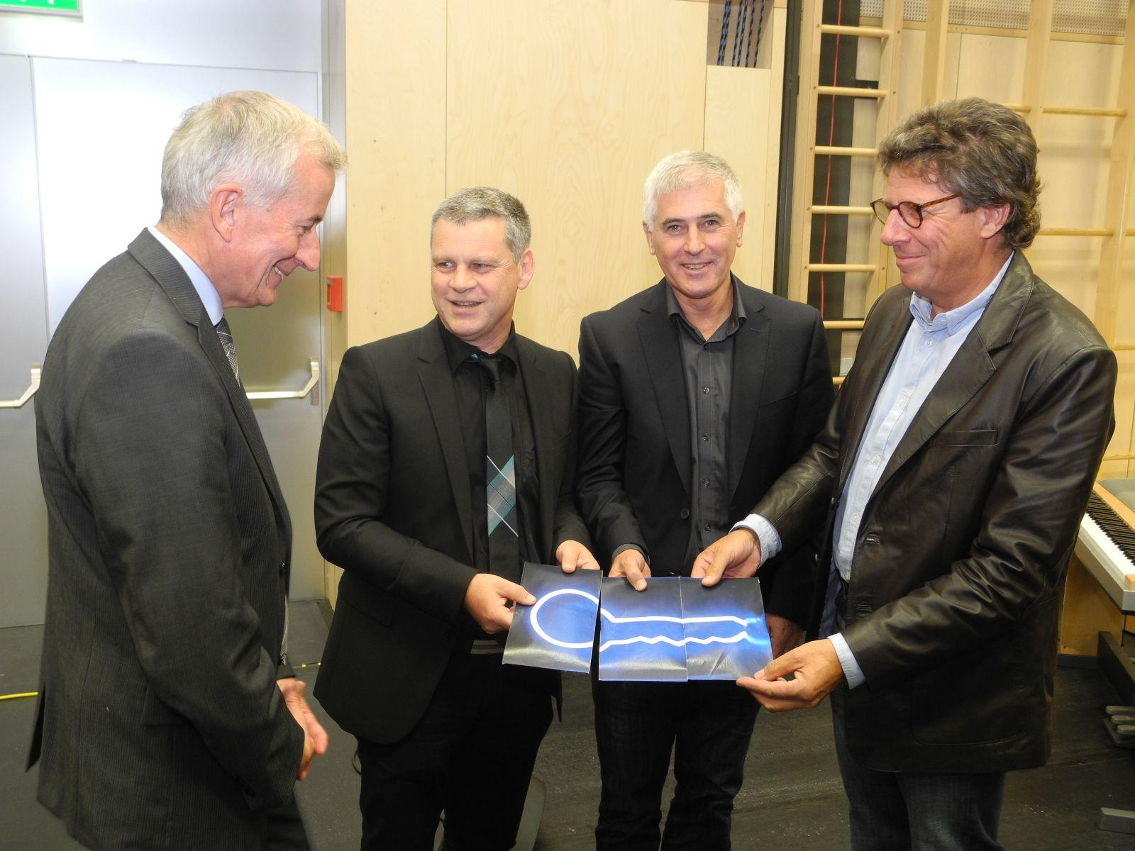 (l.) Bürgermeister Wilfried Berchtold, das Architektenteam Dieter Walser mit Erwin Werle und Gernot Thurnher übergeben den symbolische Schlüssel in Form von Gutscheinen