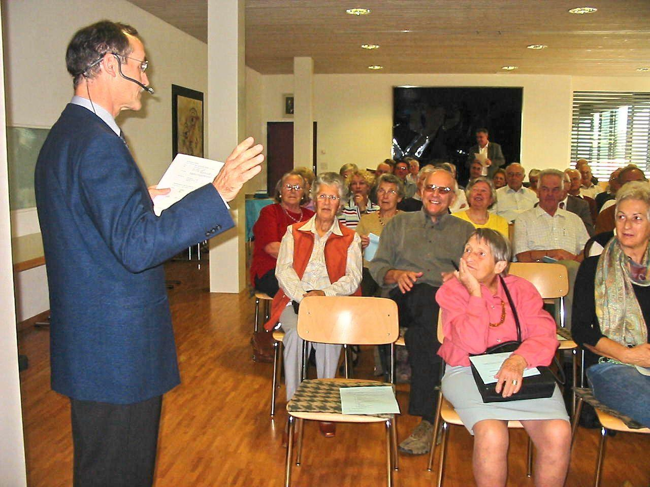 Der Liechtensteiner Historiker Peter Geiger bei einer Vorlesung im Senioren Kolleg in Mauren